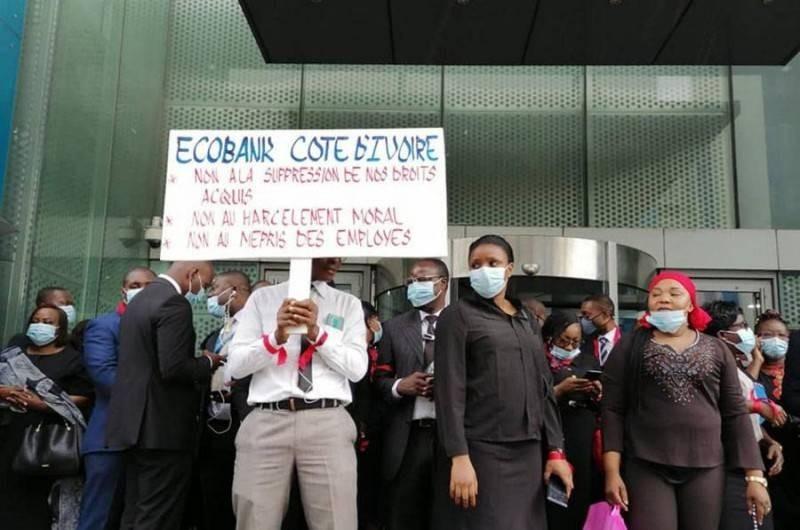 Des travailleurs d'Ecobank manifestant devant la banque. (DR)