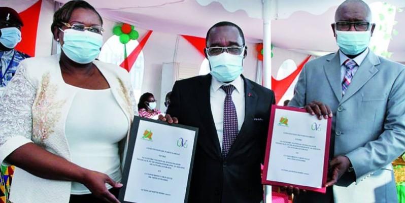 Le ministre de la Santé et de l'Hygiène publique, Dr Aka Aouelé, témoin de la signature d'une convention entre la directrice générale du CNRAO ( gauche) et celui de l'UVCI (photo: Joséphine Kouadio)