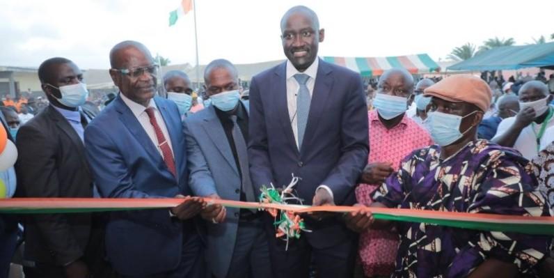 Cérémonie de coupure du ruban marquant l'ouverture officielle de l'école. (DR)