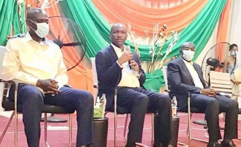 Le ministre de la Promotion de la jeunesse et de l'Emploi jeunes, Mamadou Touré (au centre), a échangé avec les jeunes de Yamoussoukro. (DR)
