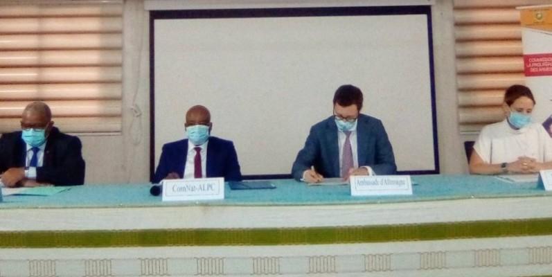 Le président de la Comnat-Alpc, le préfet hors grade Kouadio Yao, 2è à partir de la gauche. (Franck YEO)