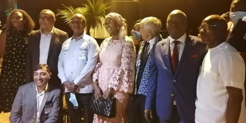 Diomandé Vamissa, directeur général d'Ivoire Coton (2e à partir de la droite), célébré par le personnel. (DR)