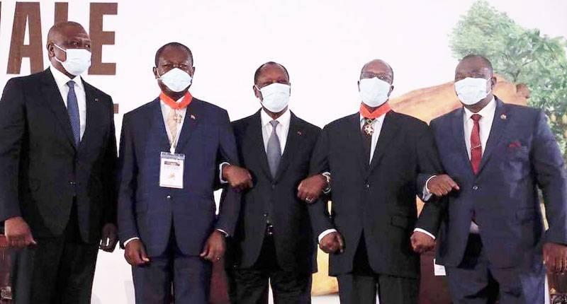 Le Président Alassane Ouattara (3e à partir de la gauche) a rendu un hommage aux producteurs de cacao. (DR)