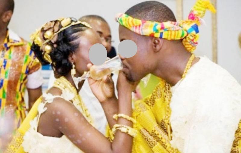 Un couple buvant du champagne lors de la dot. (G. GABO)