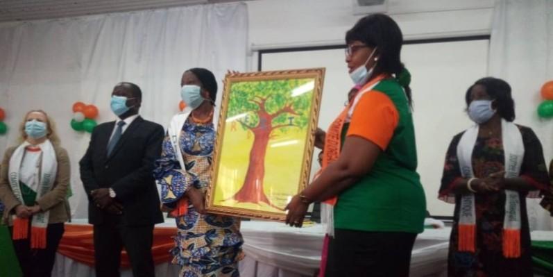 La ministre Kandia Camara reçoit unn présent de la part de la présidente du REDICI, Emma Nadège Diabagaté.