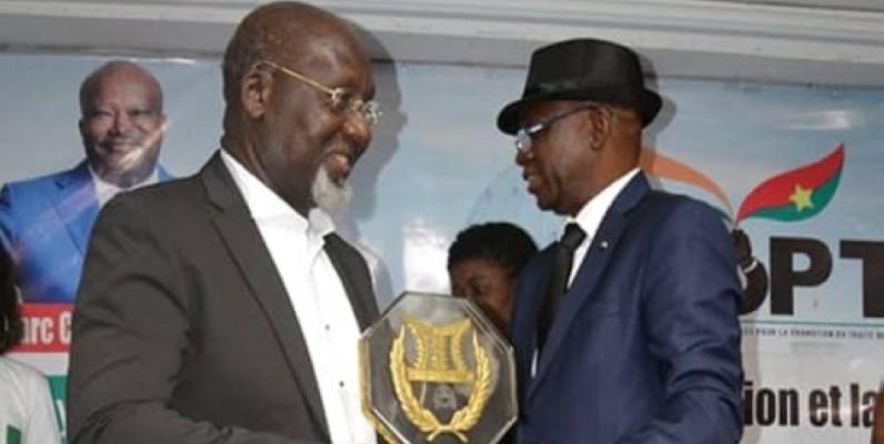 L'ex-ministre Alcide Djédjé (à gauche) recevant son trophée. (DR)