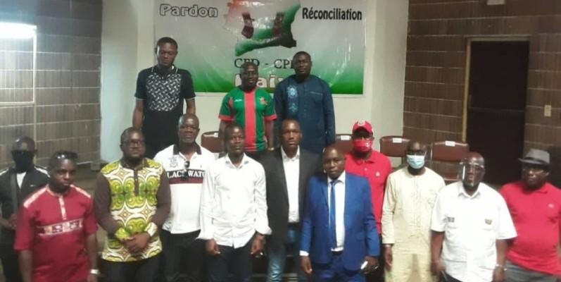 Le porte-parole adjoint du gouvernement, Mamadou Touré et des membres du collectif des ex-détenus qui ont pris des engagements en faveur de la paix. (DR)