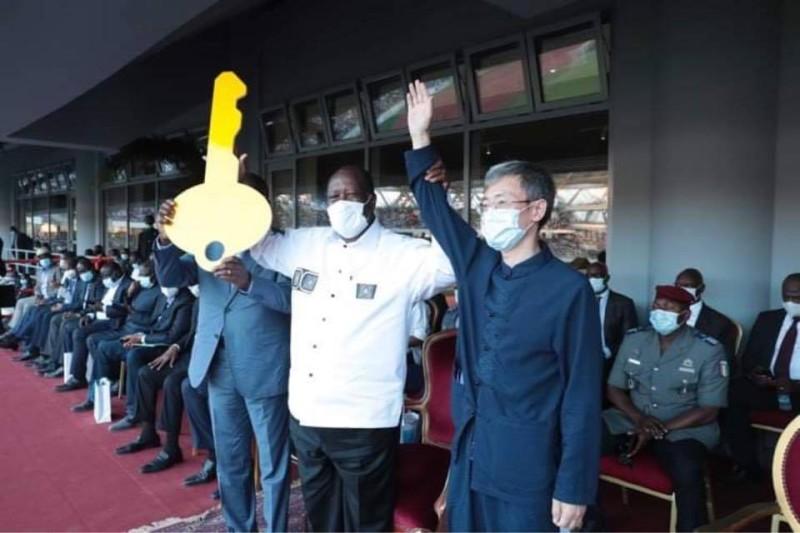 Le Président Alassane Ouattara félicitant SEM Wan Li, Ambassadeur de la République populaire de Chine en Côte d'Ivoire (DR)