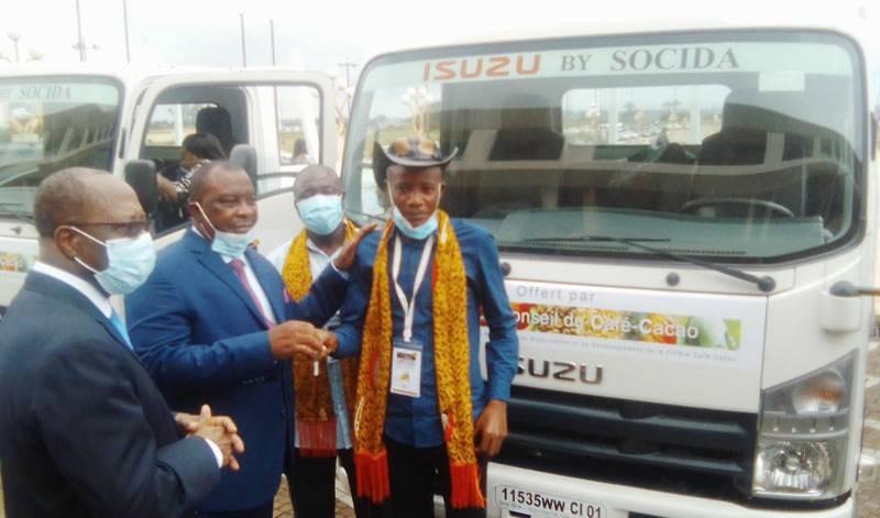 Le ministre Kobenan Kouassi Adjoumani remettant de façon symbolique les clés de véhicules aux lauréats. (DR)