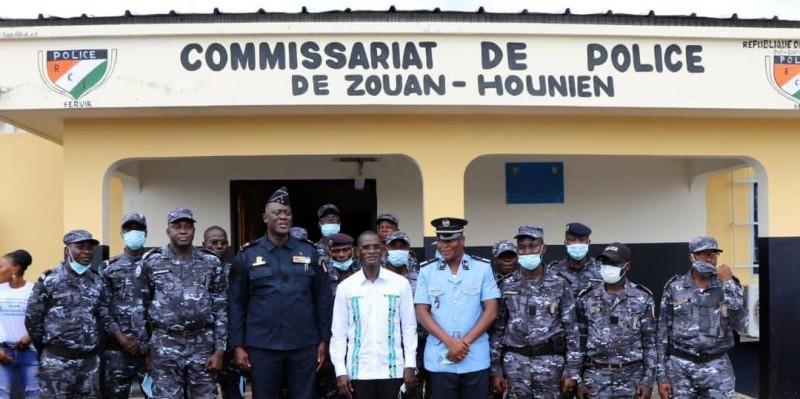 Le ministre Diomandé Vagondo (au milieu en blanc) a posé avec le directeur général de la police nationale, Youssouf Kouyaté, le nouveau commissaire, Kra Didier et ses collaborateurs. (Dr)