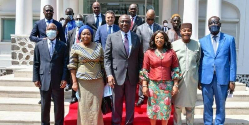 Les membres de la mission conjointe en compagnie du Premier ministre Hamed Bakayoko à l'issue de l'audience. (DR)