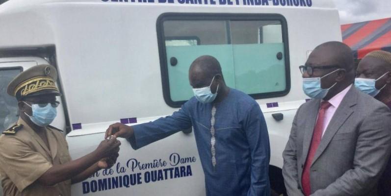Le secrétaire d'État Siaka Ouattara remettant les clés de l'ambulance médicalisée au secrétaire général de préfecture de Bondoukou.