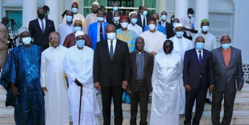 Le Premier ministre Hamed Bakayoko enouré les guides religieux. (DR)