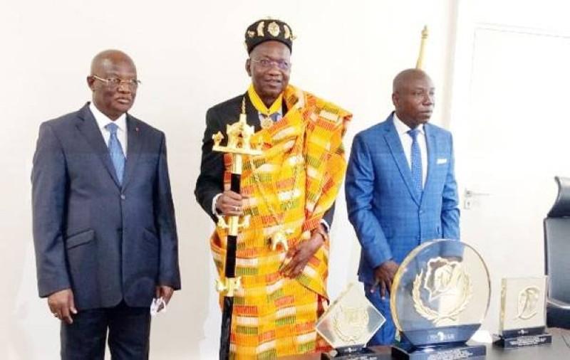 Pascal Abinan a été également élevé au rang de Modèle africain des leaders de développement. (DR)