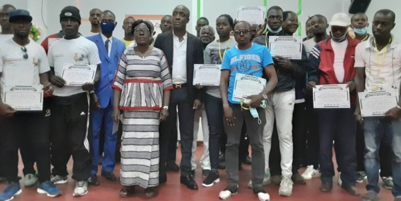 Techniciens et administratifs heureux d'avoir reçu leurs attestations. (DR)