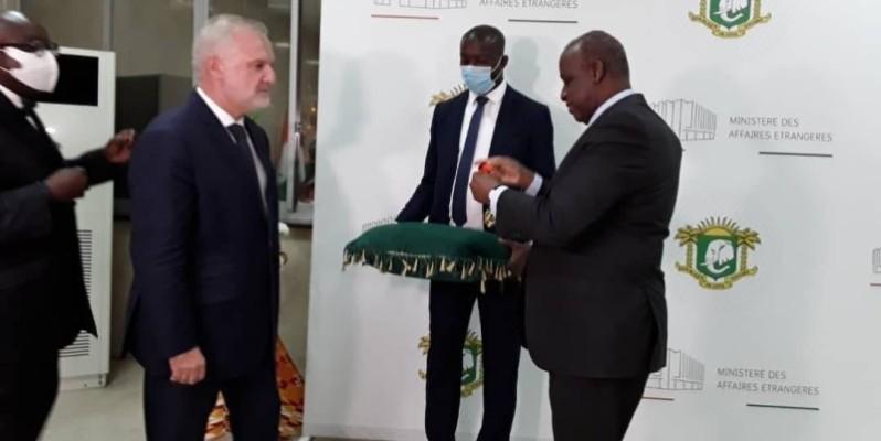 Avant de quitter la Côte d'Ivoire, l'Ambassadeur Gilles Huberson a été élevé au grade de Commandeur dans l'ordre national de Côte d'Ivoire, par le ministre des Affaires étrangères Ally Coulibaly. (DR)