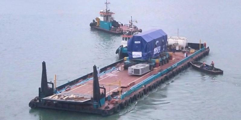 Un des équipements en train d'être acheminé par voie lagunaire. (Bolloré Transport & Logistics)
