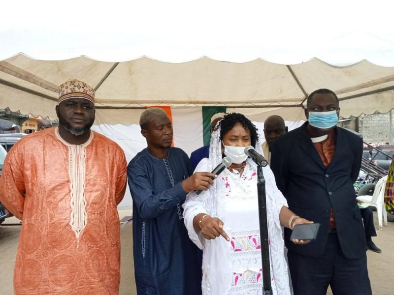 L'imam Diarrassouba Yao Mamadou à l'extrême gauche et Madeleine Yao au micro, ont prôné la paix à la mosquée Al-Imane de Koumassi Remblais. (DR)