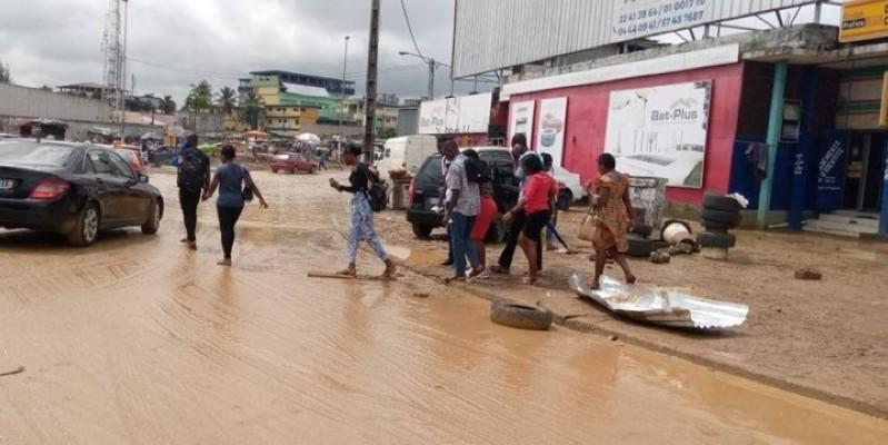 Des passants qui tentaient de se frayer un chemin, dans la boue. (Dr)