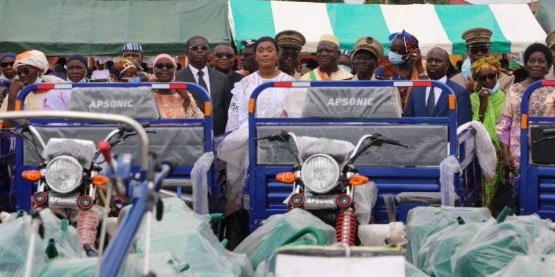 La secrétaire d'Etat, Myss Belmonde Dogo et ses partenaires ont couvert les coopératives de nombreux dons. (DR)