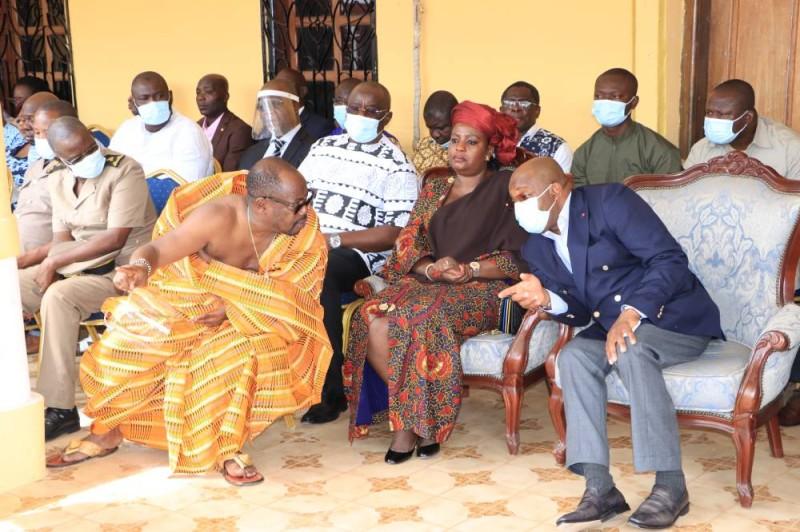 Le nouveau roi du Djuablin échangeant avec le ministre Siandou Fofana. (DR)