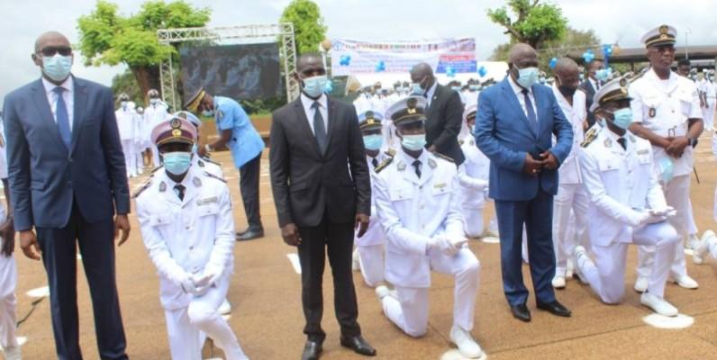Les élèves officiers de la promotion sortante, reçoivent leurs épaulettes de la part des ministres et de quelques personnalités. DR