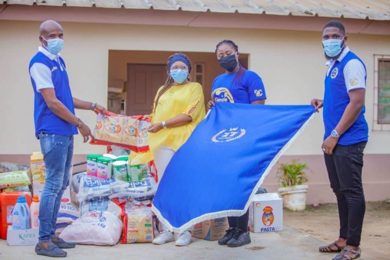 Remise symbolique des dons par les membres de la ''Famille des natifs du 27 octobre'' aux responsables de la pouponnière. (DR)
