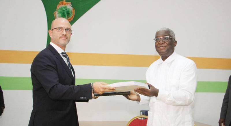 Échange de documents entre un des responsables de Mota Engil Africa et le maire de Bouaké. (DR)