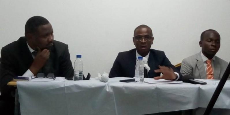 Dr Luc Elomon (au centre), lors de la présentation de son œuvre à la presse. (Marie Ange Akpa)