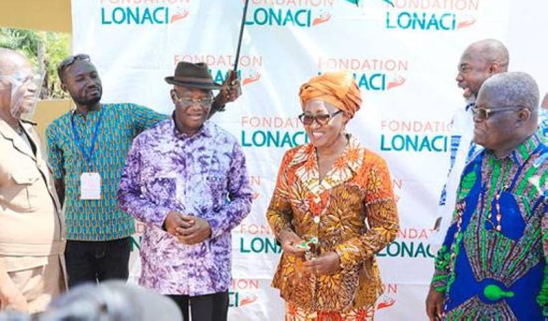 Remise des clés des villas, autour de Mme Diabaté Fatoumata, de la droite vers la gauche : Brou Aka Pascal, Wouadja Essay, Yao Kouassi. (Sercom)