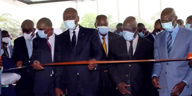 Le Premier ministre Hamed Bakayoko coupant le ruban inaugurant ainsi les tours A et B. (Joséphine Kouadio)