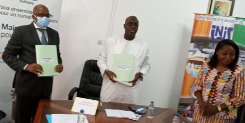 M. Joseph Pita, directeur de la Foci (à gauche) et Habib Sanogo de l'Injs ont décidé d'ajouter une autre corde à l'arc de l'institut. (DR)