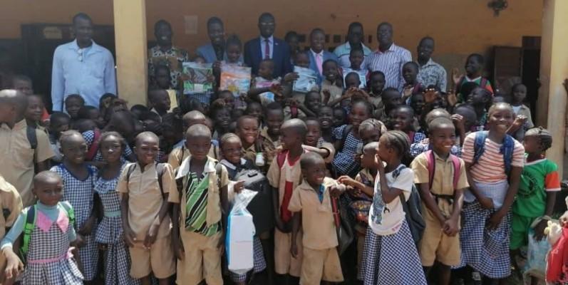 Les donateurs et les enfants récipiendaires tous heureux. (DR)