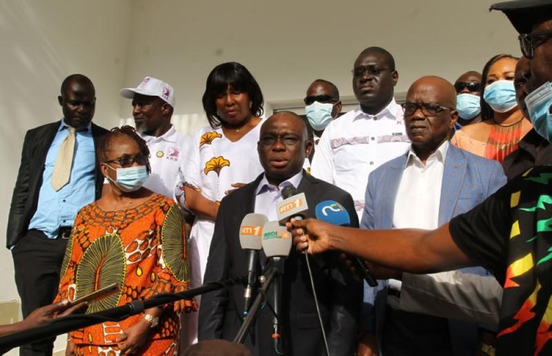 Le candidat KKB face à la presse, après l'audience avec la délégation de la Cedeao. (PHoto :  Véronique Dadié)
