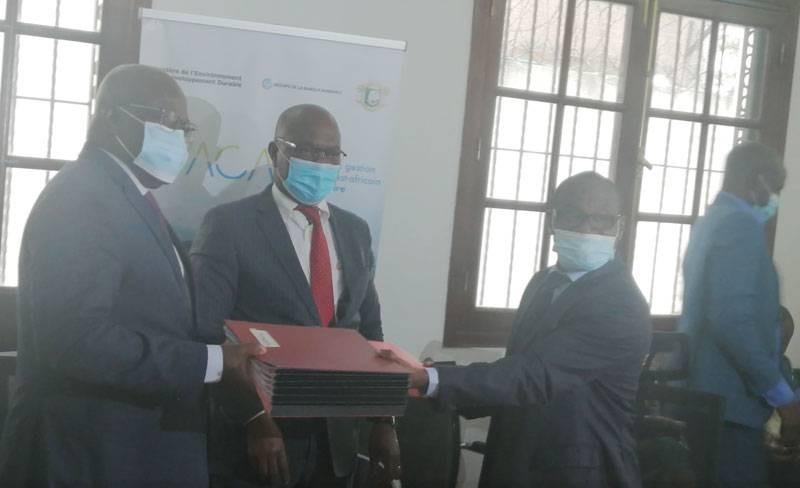 Echanges de parapheurs entre les deux parties sous le regard  de. François Kouablan,représentant du ministre de l'Environnement et du Développement durable, Pr Joseph Séka Séka. (DR)
