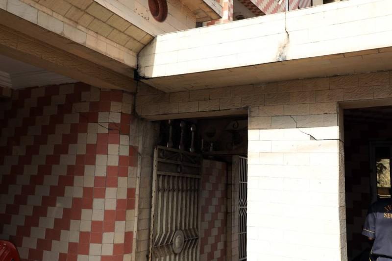 Les piliers qui soutiennent l'immeuble, ne tenant plus, sont en train de se fissurer l'un après l'autre. (Honoré Bosson)