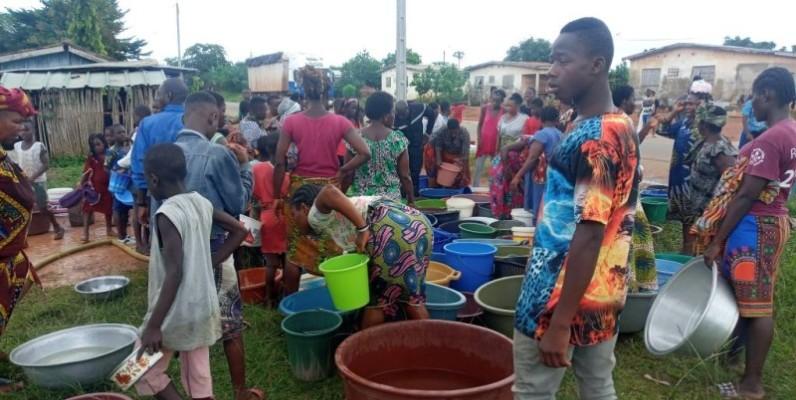 Une séance de ravitaillement en eau potable à Kpapékou. (DR)