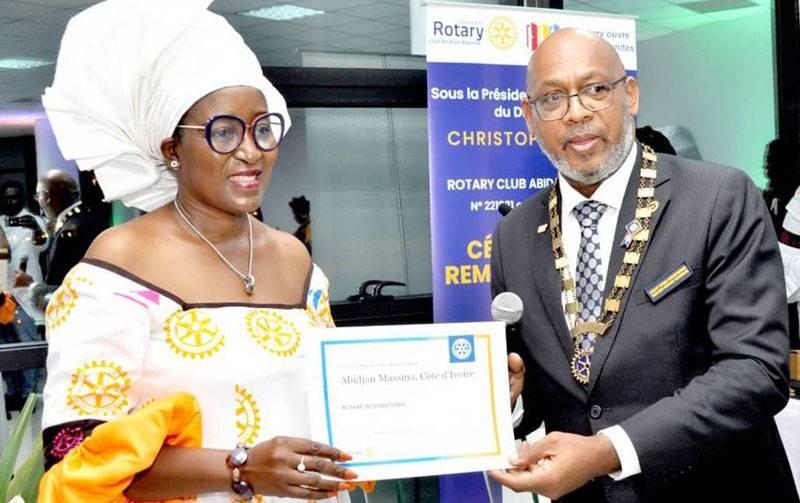 Désirée Djomand, présidente du Club Abidjan Massina, reçoit la charte des mains du gouverneur du district 9101, Christophe Koreki. (DR)