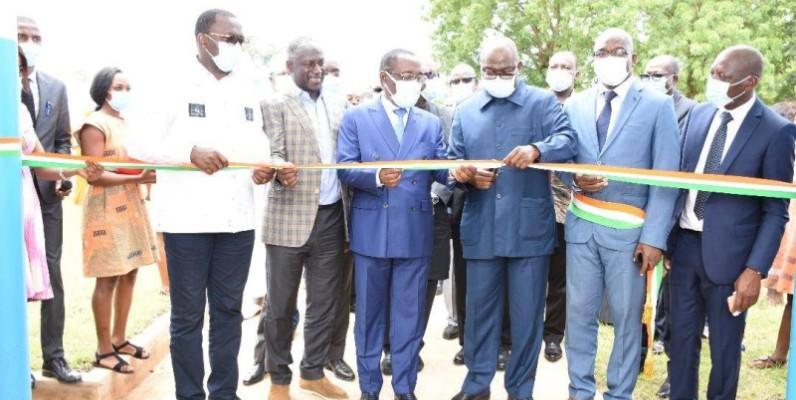Le ministre Issa Coulibaly représentant le Premier ministre Hamed Bakayoko a procédé à l'inauguration du Chr rénové en compagnie du ministre Aka Aouelé et du Pdg de Snedaï Adama Bictogo. (DR)