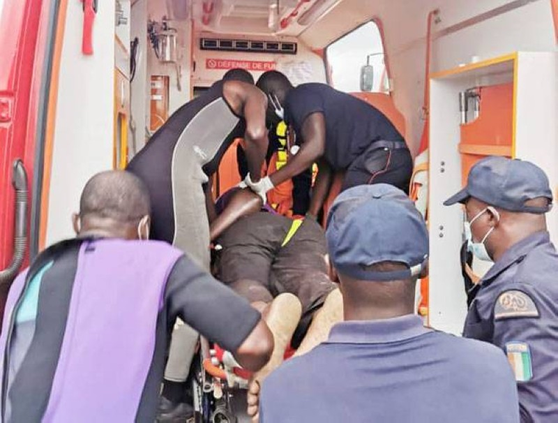 Les sapeurs-pompiers transportant la victime. (Gspm)
