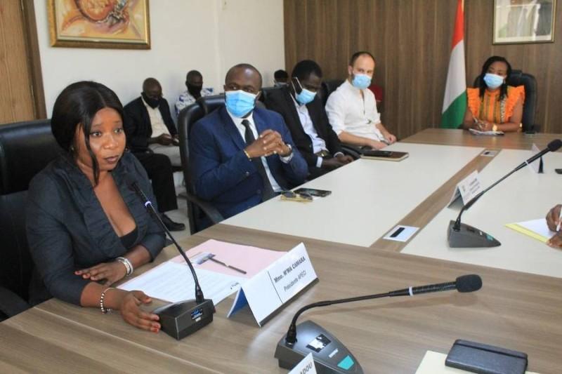 presseAu premier plan, M'ma CAMARA, présidente de l'Association de la presse étrangère en Côte d'Ivoire (Apeci)