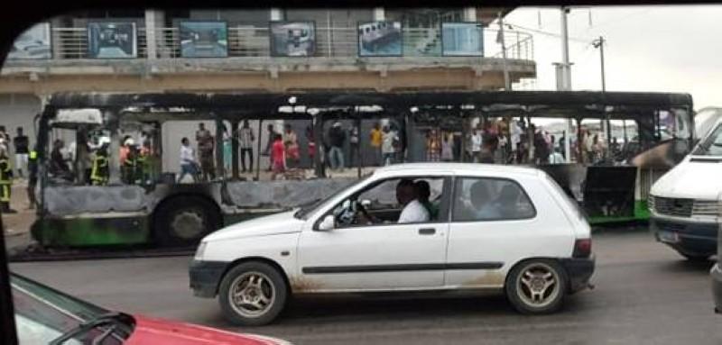 Plusieurs engins de la Sotra ont été pris pour cible pendant les manifestations à Abidjan. (Dr)