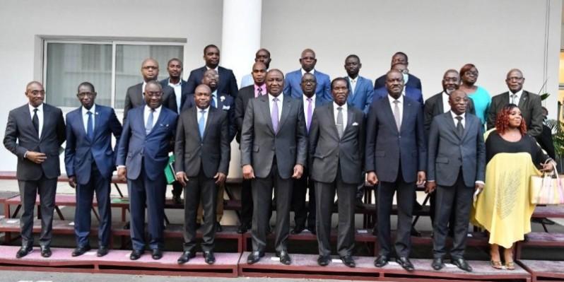 Le Premier ministre Hamed Bakayoko entouré de quelques responsables de partis politiques. (DR)