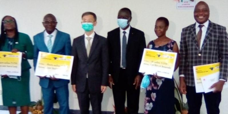 L'ambassadeur de Chine, SEM. Wan Li (3è à gauche) et M. Kabran Assoumou (à sa gauche) à l'issue de la cérémonie de remise de bourses. (Franck YEO)