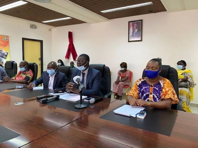 Le chef de cabinet du ministère en charge de la Solidarité, le professeur Kouamé N'guessan (au centre)