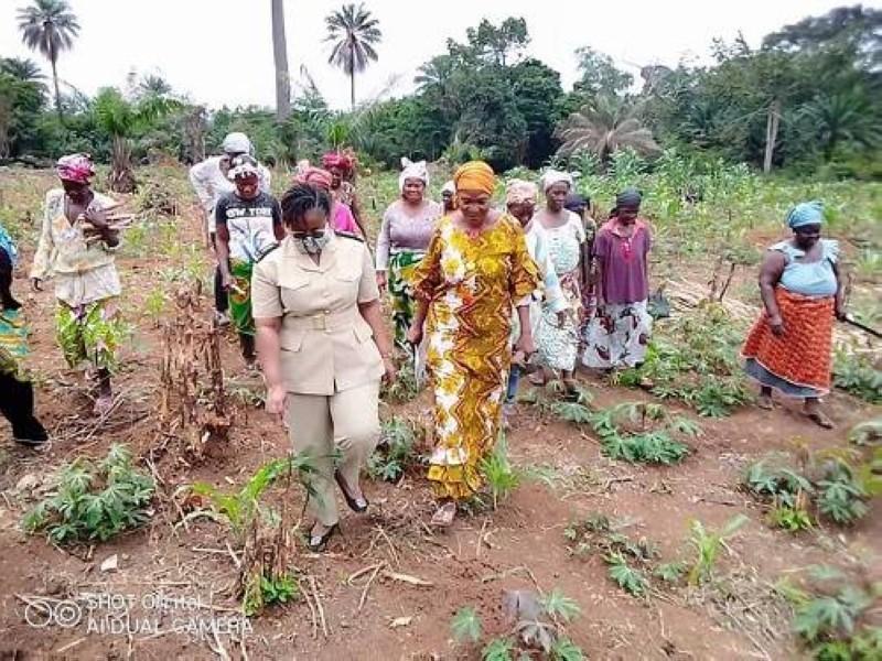 Le sous-préfet dans une plantation des femmes engagées pour la paix et la cohésion sociale.