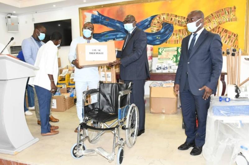Remise symbolique de l'important don par le maire François Amichia (à droite). (Dr)