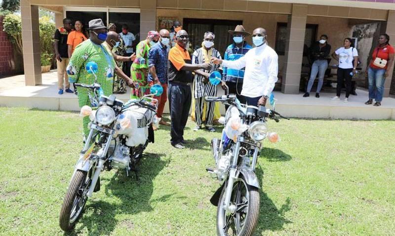 Des dons de matériels roulants ont été faits aux chefs de communautés et aux leaders religieux afin de faciliter leur mission de sensibilisation pour une élection apaisée. (Dr)