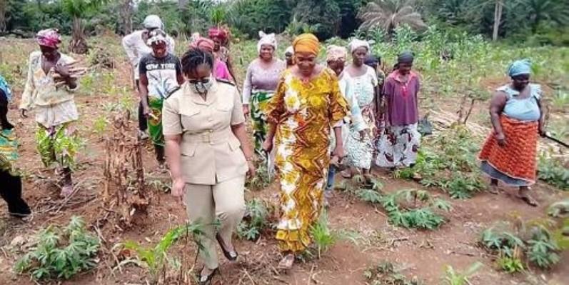 Le sous-préfet dans une plantation des femmes engagées pour la paix et la cohésion sociale. (Dr)