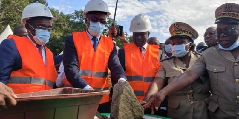 Le ministre Aka Aouélé pose la première pierre du Lycée professionnel d'Adaou. (Dr)